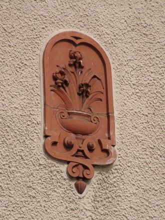 Bouquet d'iris en terre cuite à Noisy-le-Sec (93), de Gilardoni fils & Cie