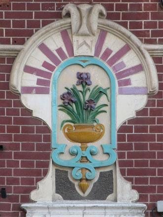 Bouquet d'iris en terre cuite émaillée au Tréport (80), de Gilardoni fils & Cie