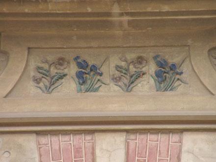 Iris et autre fleur à Cabourg (14), des Poteries Normandes J. Filmont à Caen