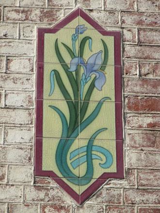 Détail de panneau à motif d'iris à Mers-les-Bains (80), de Gilardoni fils & Cie