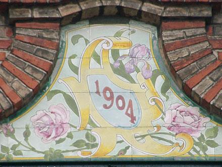 Panneau de faïence avec cartouche 1904 à Montreuil-sous-Bois (93)