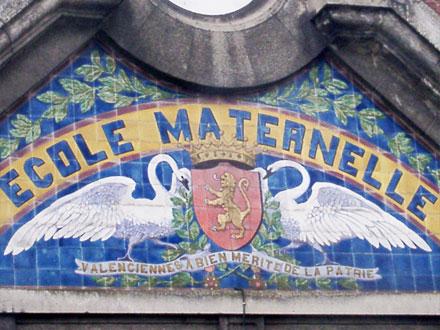 Cygnes, blason sur une école maternelle de Valenciennes (59)