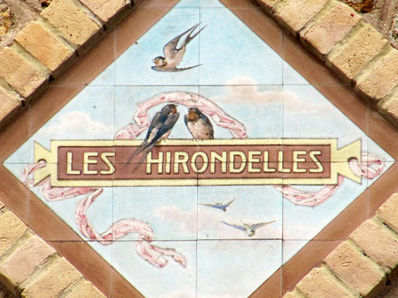 LES HIRONDELLES, panneau marqué Gien, Enghien (95)
