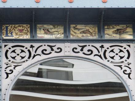 Poissons, dit en porcelaine de Limoges, ornant les halles de la ville (87)