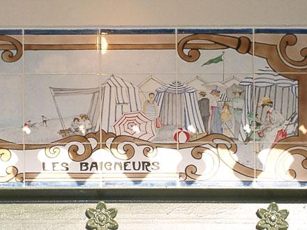 Les baigneurs, l'un des panneaux récents, de Louise Bulcourt, ornant l'extension de la mairie de Mers-les-Bains (80)