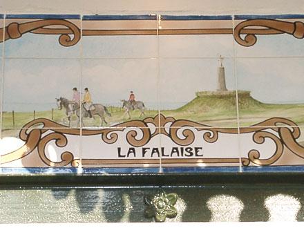 Les falaises, l'un des panneaux récents, de Louise Bulcourt, ornant l'extension de la mairie de Mers-les-Bains (80)