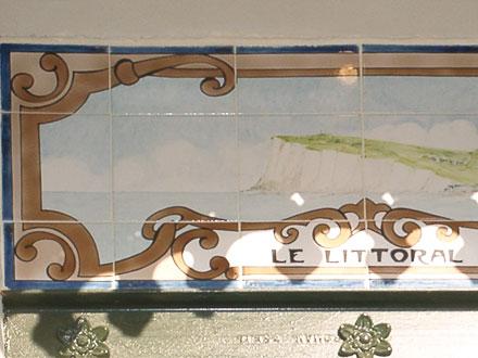 Le littoral, l'un des panneaux récents, de Louise Bulcourt, ornant l'extension de la mairie de Mers-les-Bains (80)