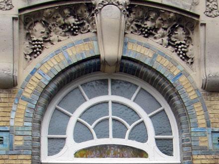 Décors de pampres sur verre et au-dessus de l'arc en briques émaillées par Gentil & Bourdet, bureaux de Ferdinand Sipeyre