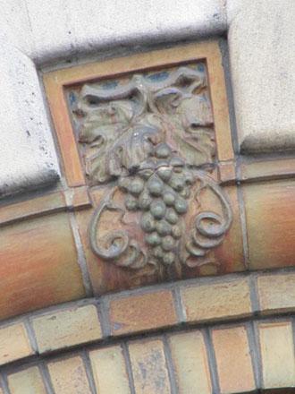 Claveau de l'arc entourant la porte, en grès de Gentil & Bourdet