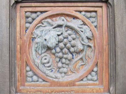 Métope en grès de Gentil & Bourdet, enchâssée dans la porte en bois chez Gaxieu & Beaudet, à Saint-Dizier (02)
