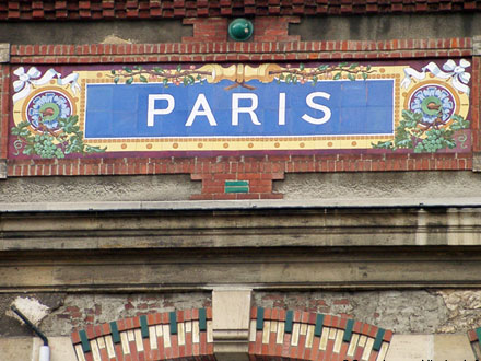 Un des panneaux ornant le site du champagne De Castellane depuis 1895, à Epernay (51)