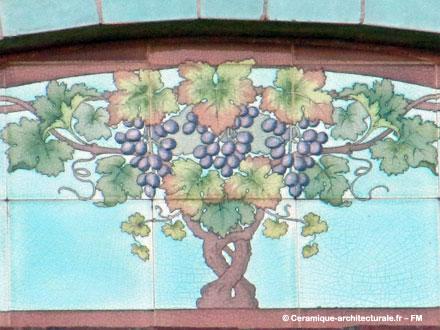 Détail d'un panneau de faïence décoré de pampres sur la maison d'Albert Petit,  négociant en vins, à Ecouen (95)