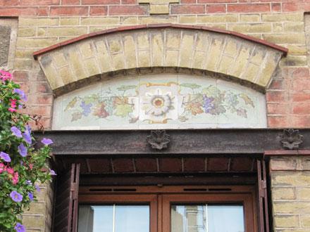 Panneau de faïence orné de feuilles et fruits de la vigne, à Ecouen (95), panneau identique à Montmagny (95)