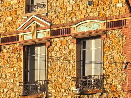Panneaux de faïence, et cabochon des fayenceries de Sarreguemines, ornant la maison d'un négociant en vins, à Ecouen (95)