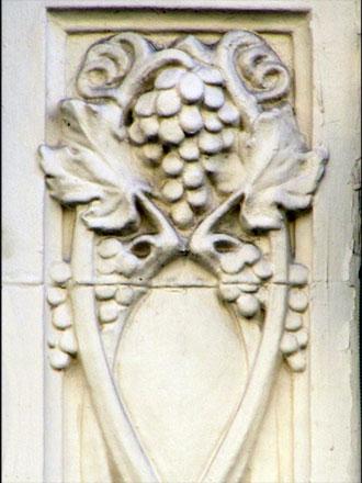 Panneau en grès non émaillé et peint ultérieurement, Gentil & Bourdet, à Reims (51)