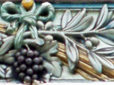 Raisin, blé et olivier noués, terre cuite émaillée de Janin & Guérineau, à Bagnolet (93)