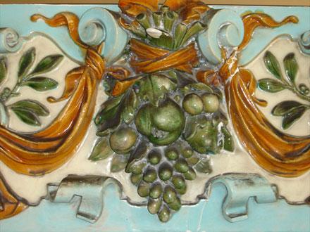 Raisin, châtaigne, prunes et olivier, avec cartouche et drapé, terre cuite émaillée de Janin & Guérineau, au Raincy (93)