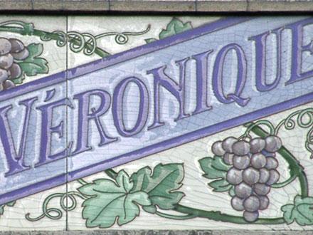 Plaque en faïence identifiant la villa construite pour Véronique et ornée de raisin, à Noisy-le-Sec (93)