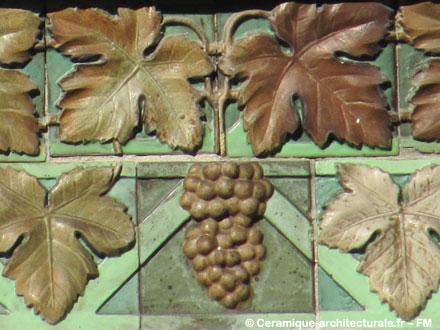 Frise en grès émaillé par Charles Gréber, sur la villa Demoiselle à Reims (51)