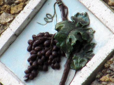 Fruit de la vigne, relief en terre cuite émaillée à Rosny-sous-Bois (93)