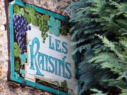 Plaque nommant une villa à Versailles (78), accompagnée de carreaux des fayenceries de Sarreguemines